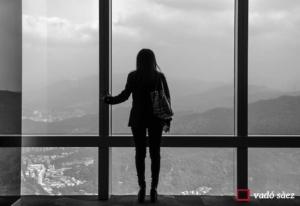 Noia mirant la ciutat des de l'observatori de l'edifici Taipei 101