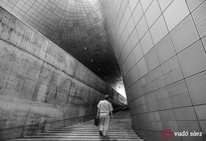 Home caminant pel Dongdaemun Design Center a Seül