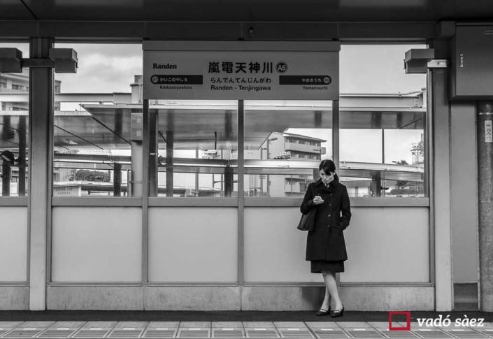 Noia esperant el Keifuku Randen Tram a Kyoto