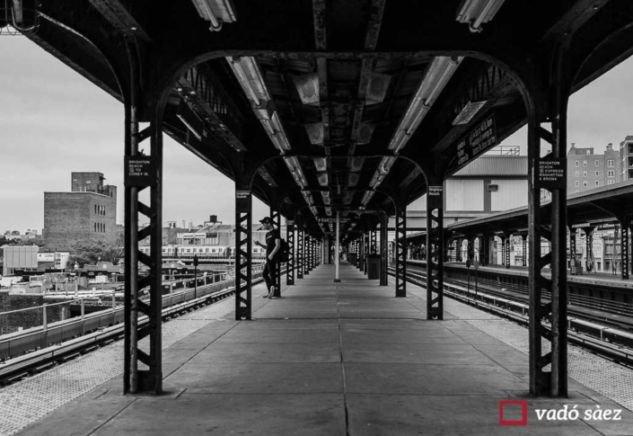 Noi esperant el metro a l'estació d'Ocean Parkway a Brooklyn
