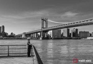 Home contemplant Manhattan des de Brooklyn Bridge Park a Nova York