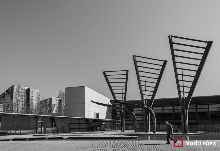 Ancià caminat tot sol pel Parc Tecnològic Barcelona Activa
