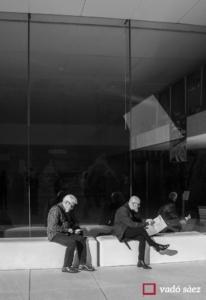 Dos homes llegint als exteriors de CaixaForum a Barcelona