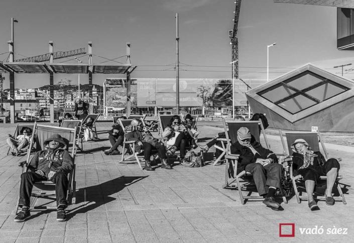 Grup de persones dormint en gandules a les Glòries de Barcelona