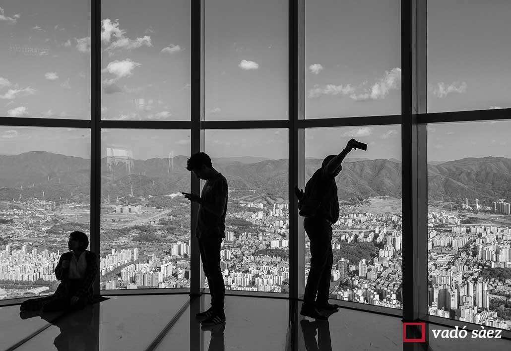 Grup de persones fent-se selfies des de l'observatori de Lotte World Tower a Seül
