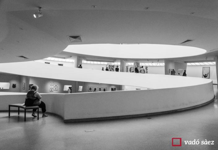 Senyora descansant al Museu Guggenheim a Nova York