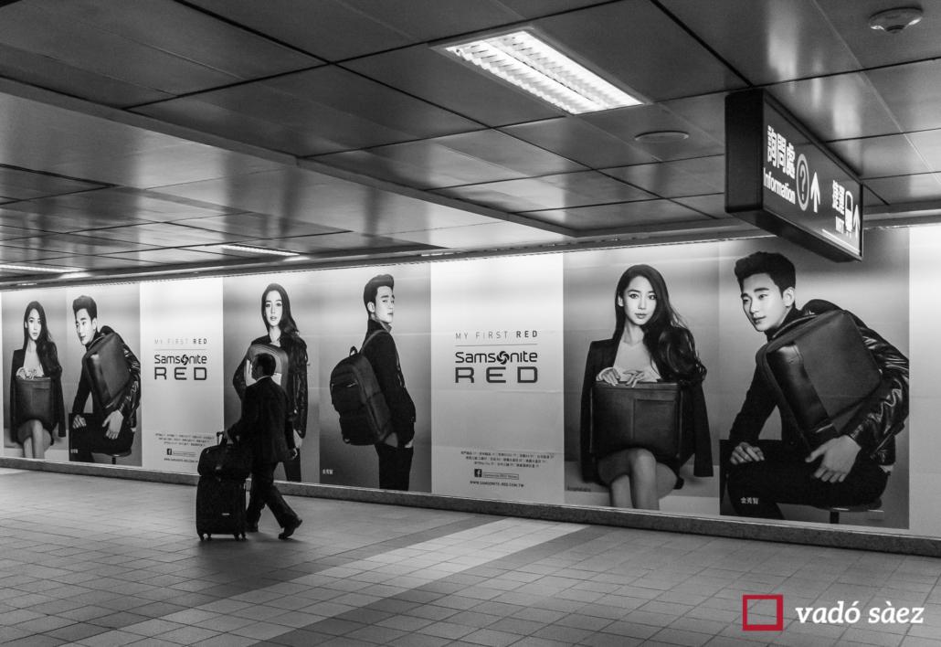 Home amb maleta al metro MRT de Taipei