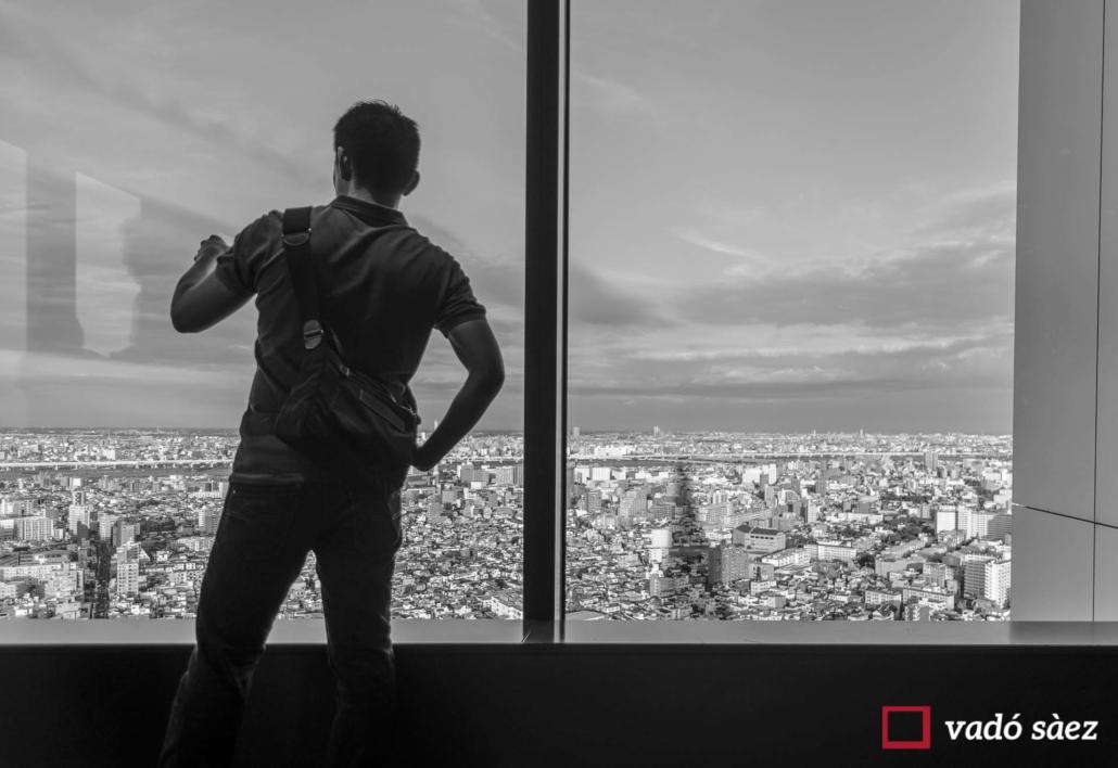 Home observant la ciutat al Tokyo Solamachi Solamachi