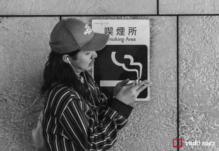 Home fumant a la zona de fumadors a Roppongi Hills