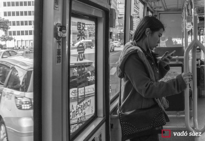 Noia consultant el mòbil a un autobús a Taipei