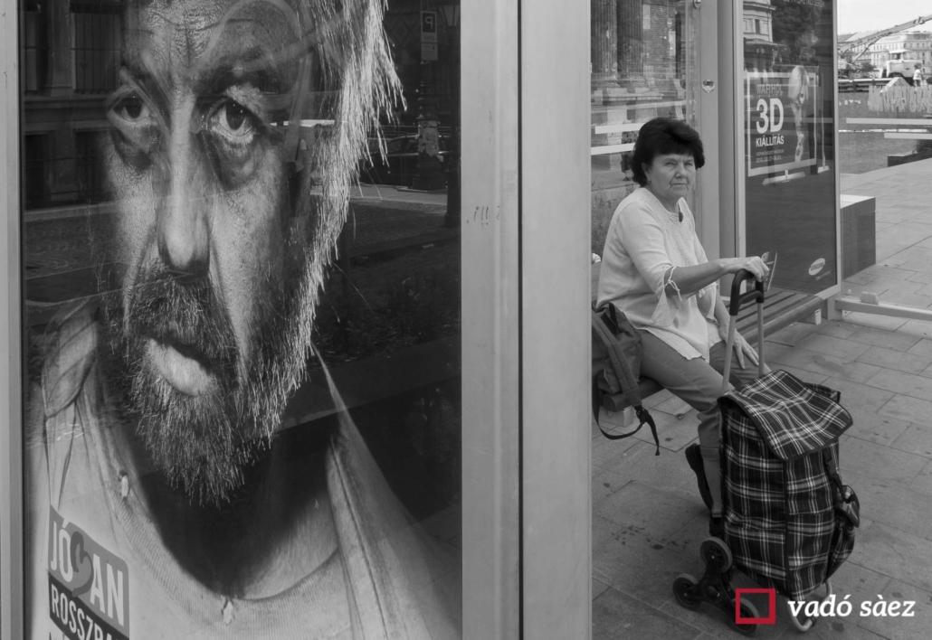 Dona esperant l'autobús al mercat central de Budapest