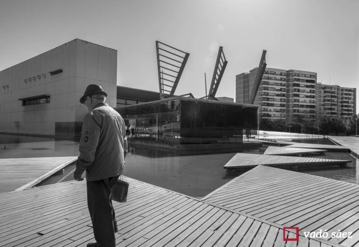 Home caminant pel Parc Tecnològic Barcelona Activa