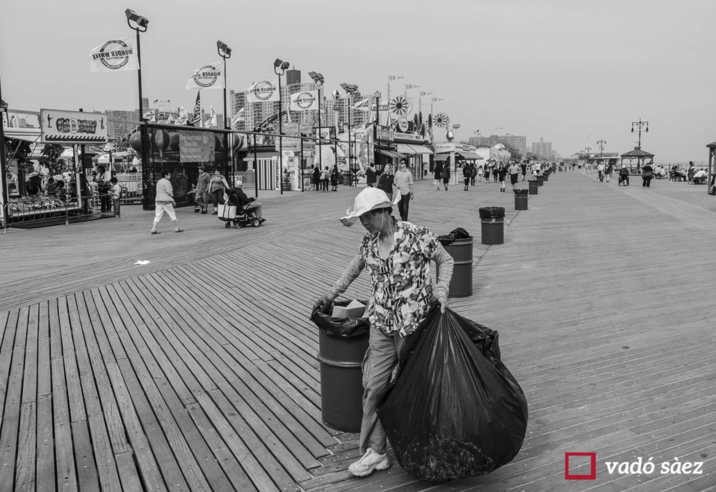 Dona netejant el passeig marítim a Coney Island