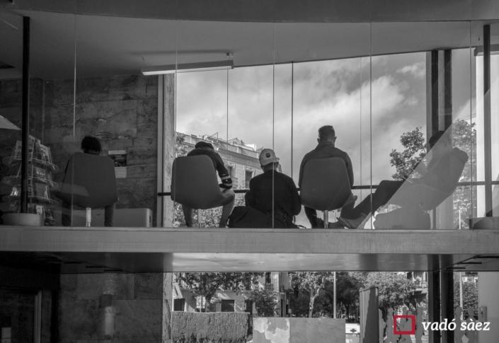 Nois utilitzant el wifi a la biblioteca Joan Miró