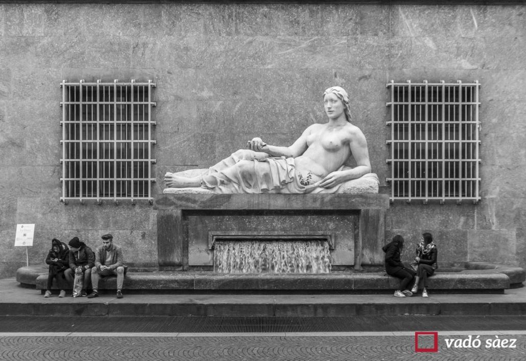 Joves asseguts en una plaça a la ciutat de Torí
