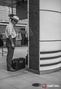 Home llegint el diari mentre espera el Shinkansen