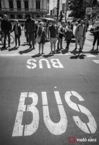 Grup de persones esperant per travessar el carrer al passeig marítim de Barcelona