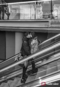 Joves fent-se un petó a les escales mecàniques Les Arenes