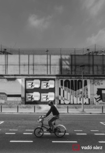 Home anant amb bicicleta davant de la presó model de Barcelona