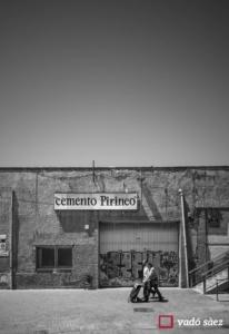 Vista d'un carrer de Lleida i dues persones anant a la compra