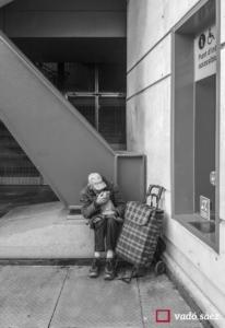 Home acariciant a un gat de plàstic a la porta del centre comercial Les Arenes a Barcelona