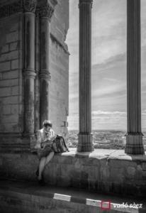 Dona llegint al Claustre de la Seu vella a Lleida