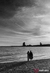 Noies japoneses contemplant la posta del sol a la platja de la Barceloneta