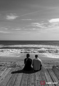 Parella contemplant el mar