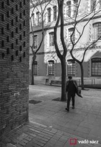 Home caminant dins del recinte de l'Escola Industrial de Barcelona