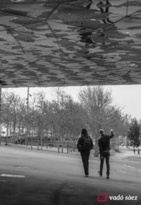 Parella passejant pel Parc del Fòrum a Barcelona