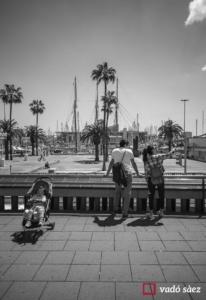 Família de turistes asiàtics al moll de la Fusta de Barcelona