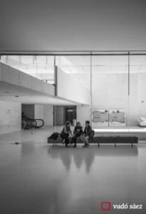 Tres dones assegudes i xerrant a l'entrada del CaixaForum